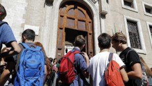 studenti scuola liceo superiori all'ingresso